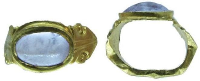 Nhẫn vàng đính thạch anh tím 1.600 năm tuổi.