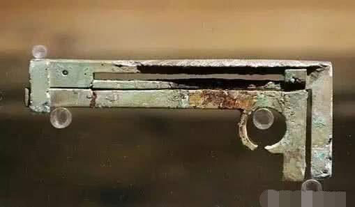 Chiếc thước cặp làm từ đồng xanh, được phát minh bởi kẻ phản loạn Vương Mãng