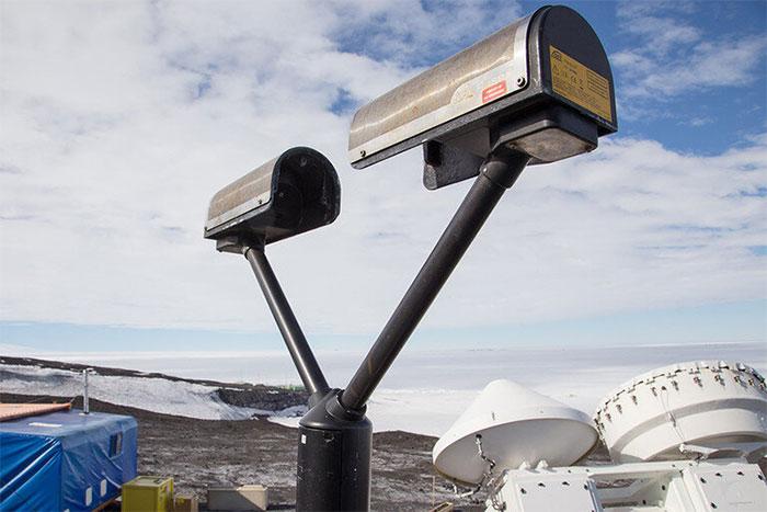 Máy đo độ phân giải laser đo lượng mưa khi nó đi qua nhằm thu thập dữ liệu tại Trạm McMurdo.