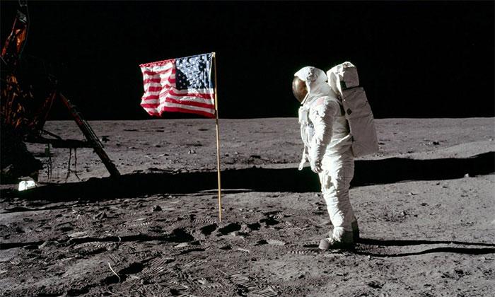 Phi hành gia chào cờ Mỹ trong cuộc đổ bộ Mặt trăng Apollo 11.