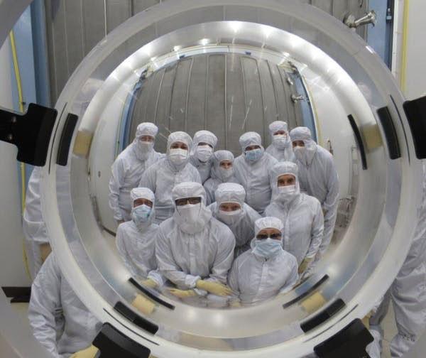 Nhóm các nhà khoa học đứng trước thấu kính của DESI.