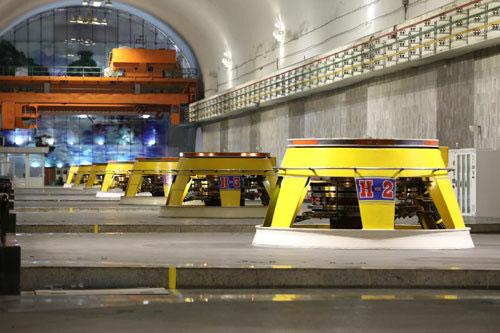 Tám tổ máy tổng công suất 1.920 MW đều được lắp đặt, thi công ngầm trong lòng đồi.