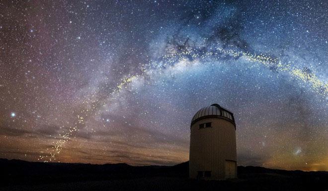 Một hình dựng minh họa cho dải Ngân Hà trên bầu trời đài quan sát Las Campanas ở Chile