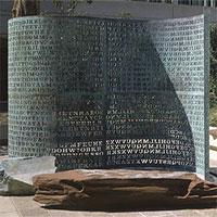"""Kryptos - Câu đố đặt ngay ở """"cửa nhà"""" CIA, 30 năm rồi chưa ai giải được!"""