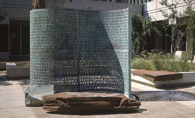 Câu đố Kryptos đặt trước trụ sở của CIA.