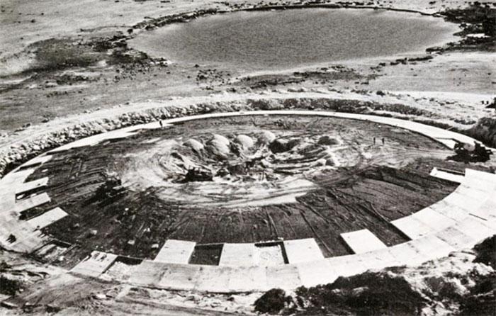 Những tấm bê tông đang được đổ lên bề mặt mái vòm trong quá trình xử lý chất thải hạt nhân trên đảo Enewetak.