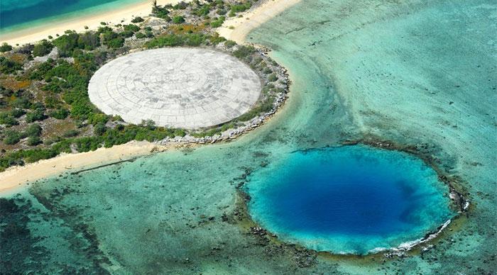 Mái vòm của ngôi mộ hạt nhân nằm bên cạnh miệng hố do vụ nổ hạt nhân tạo ra trên đảo Enewetak.