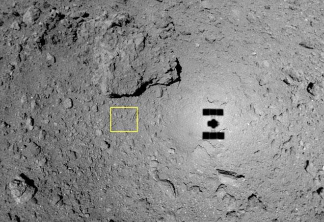 Bóng của tàu vũ trụ Hayabusa 2 in trên bề mặt thiên thạch Ryugu.