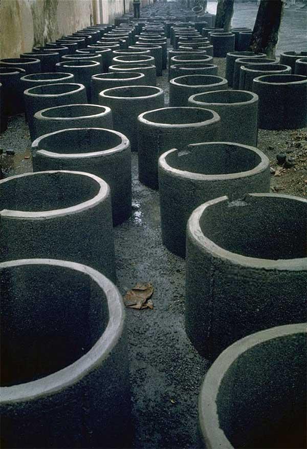 Ống bê tông dùng làm hố tránh bom cá nhân đặt trên lề đường phía trước xưởng sản xuất.