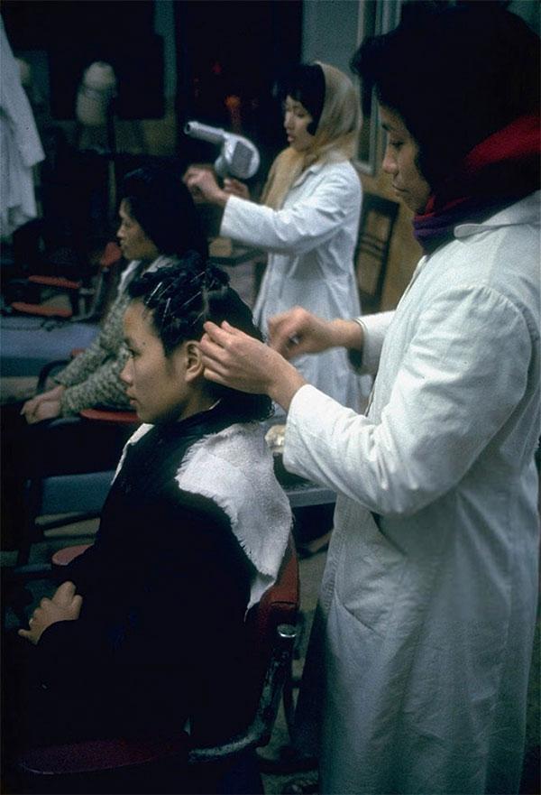 Những phụ nữ làm tóc tại một tiệm uốn tóc ở Hà Nội.