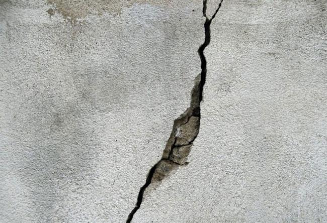 Một vết nứt trên bê tông.