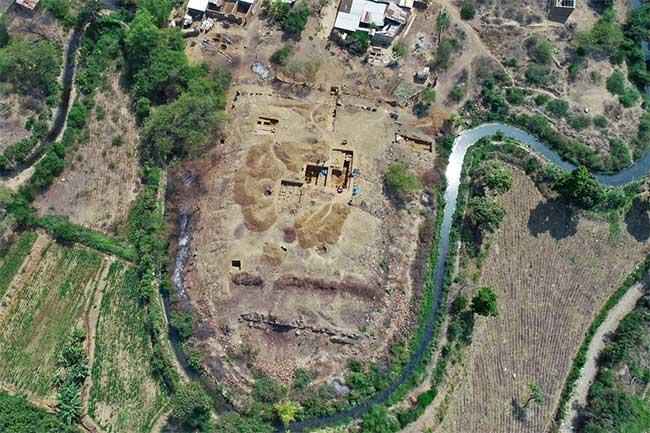 Ngôi đền 3.000 năm tuổi ở Peru nhìn từ trên cao.