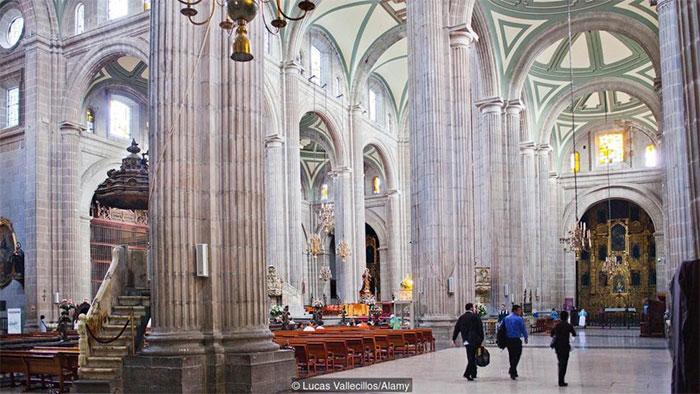 Bên trong nhà thờ chính tòa thành phố Mexico.