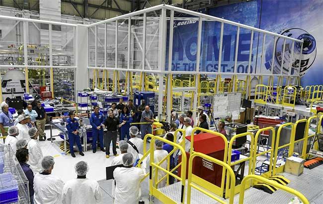 Các nhân viên của Boeing tập hợp tại khu lắp ráp tàu vũ trụ Crew Space Transportation (CST)-100 Starliner.