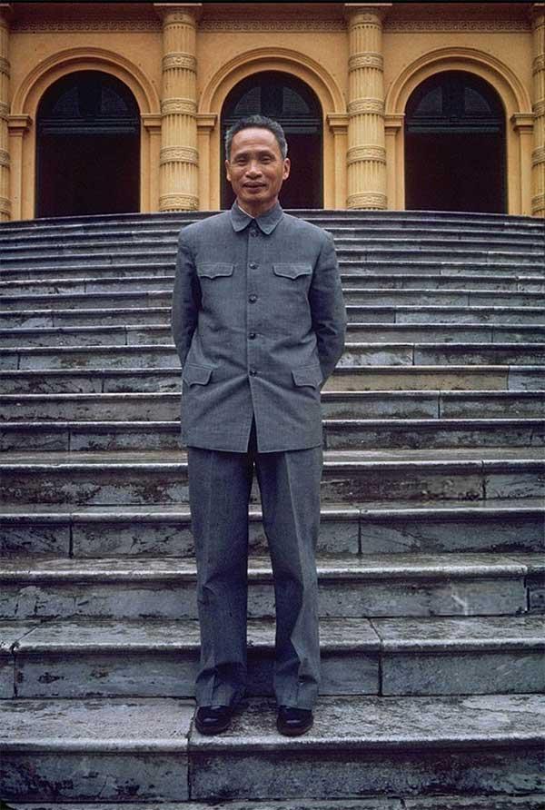 Thủ tướng Phạm Văn Đồng đứng trên bậc thềm Phủ Chủ tịch ở Ba Đình.