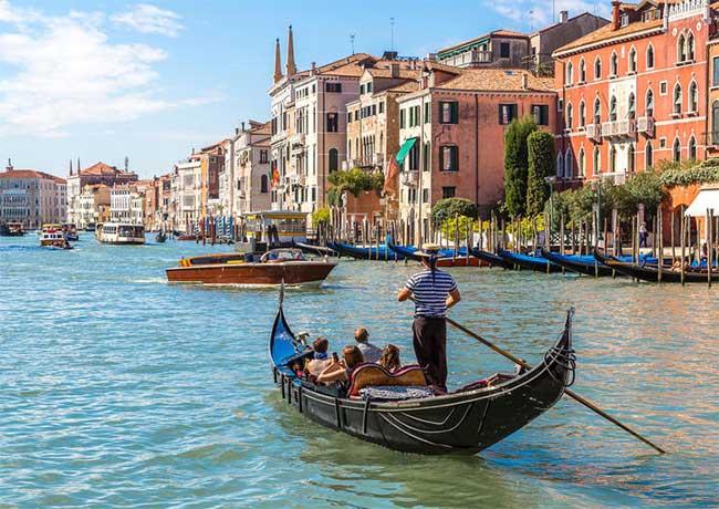 Gondola là phương tiện giao thông đặc trưng nhất của Venice