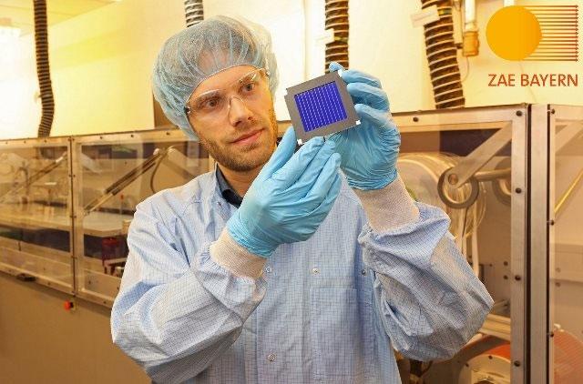 Tiến sĩ Andreas Distler, ZAE Bayern, với mô-đun năng lượng mặt trời hữu cơ
