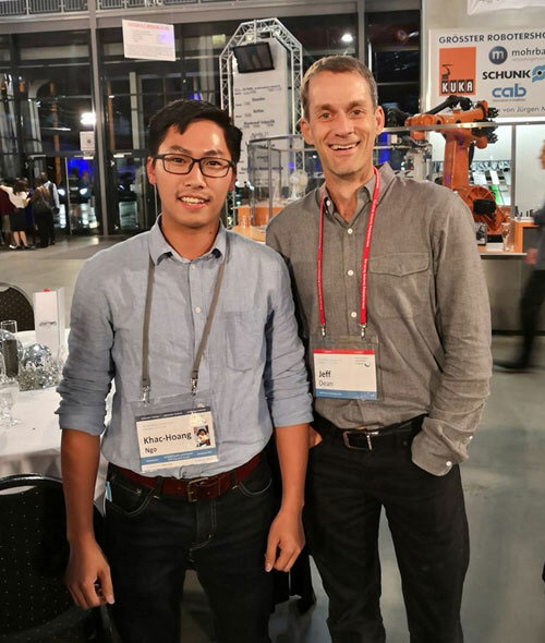 Hoàng (bên trái) cùng Jeffrey Dean- Trưởng viện nghiên cứu Google AI toàn cầu tại diễn đàn HLF 2019.