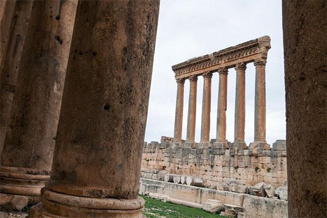 Ngôi đền có kích thước 88x48m, bao quanh bởi không dưới 54 cột đá.