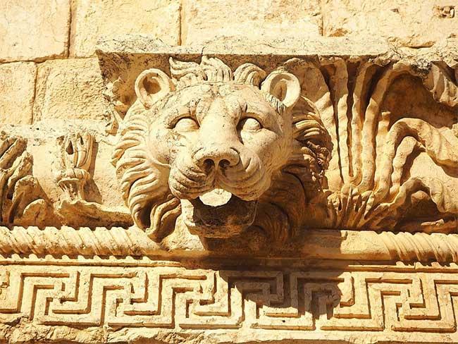 Những máng xối có hình dạng đầu sư tử được thiết kế để thoát nước khi tuyết tan.