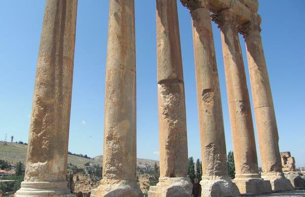 Ngôi đền được xây dựng trên sân thượng cao 13m làm từ 24 tảng đá nguyên khối.