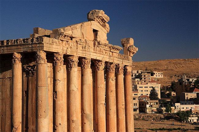 Theo thời gian, ngôi đền chỉ còn lại 6 cột nhà phía nam với các dầm ngang cố định bên trên.