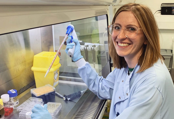 Tiến sĩ Rachel Eyre, người đứng đầu nhóm nghiên cứu, tại phòng thí nghiệm