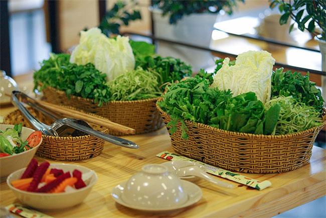 Trong bữa lẩu, bạn có thể ăn sống hoặc nhúng rau để ăn.