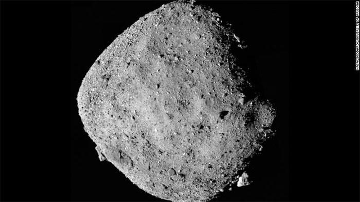 Hình ảnh thiên thạch Bennu chụp từ tàu vũ trụ OSIRIS-REx của NASA.
