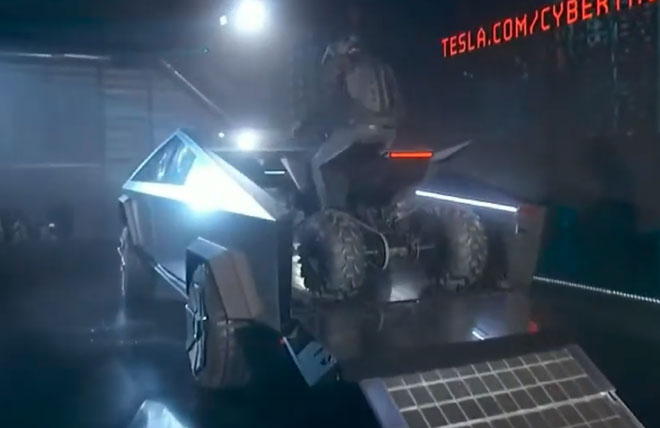Người dùng lái 1 chiếc ATV lên thùng xe của Cybertruck và sạc ngay tại đó.