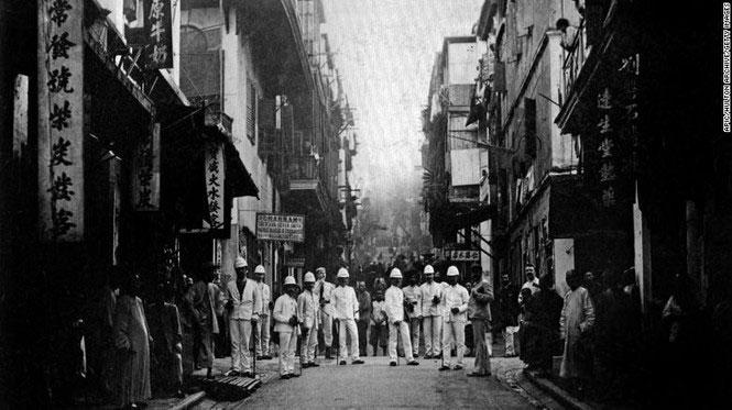Các thanh tra dịch hạch trên một con phố của Hong Kong vào khoảng năm 1890.