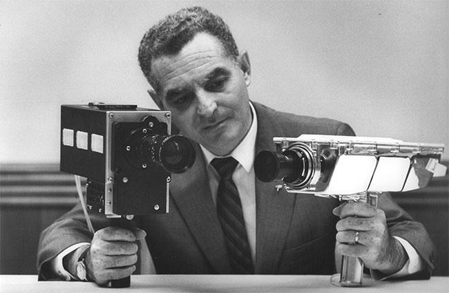 Stan Lebar cùng hai chiếc máy ảnh được sử dụng trong nhiệm vụ Apollo 11.