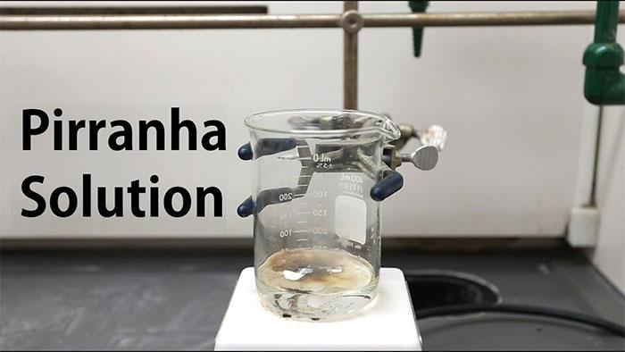 Dung dịch Piranha có thể gây nổ nếu như nồng độ của perôxít hiđrô lớn hơn 50%
