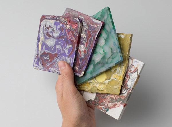 Enis Akiev làm gạch ốp lát từ rác thải nhựa sau tiêu dùng.