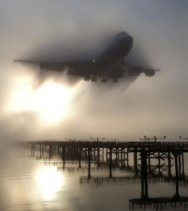 Hình ảnh không hề photoshop của một chiếc máy bay lộ dần từ màn sương trong quá trình hạ cánh.