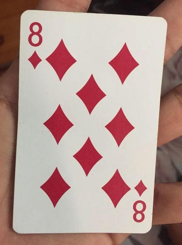 """Nhìn kỹ vào lá bài này, bạn sẽ nhận ra có 1 số 8 nằm giữa các biểu tượng của quân """"rô""""."""