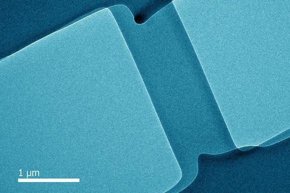 Các nhà khoa học tạo ra thủy tinh dẻo, chỉ có thể uốn cong chứ không thể vỡ.