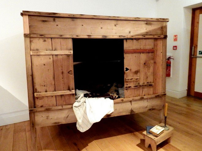 Thoạt nhìn bên ngoài, giường hộp có hình dáng như một chiếc tủ gỗ lớn.