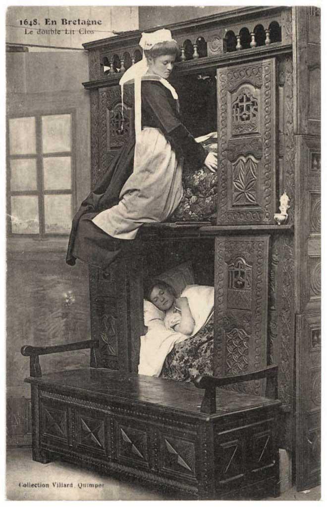 Những chiếc giường hộp có một kệ và đôi khi là hai cái, chiếc kệ này có tác dụng như một tủ quần áo thu nhỏ.