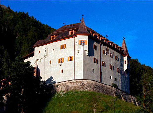 Lâu đài Langberg ở Đông Tyrol, Áo, là nơi số đồ lót kỳ lạ được tìm thấy