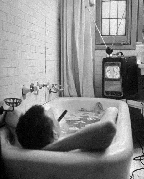 Nhà văn người Mỹ Russell Finch tận hưởng thú vui vừa tắm vừa xem truyền hình