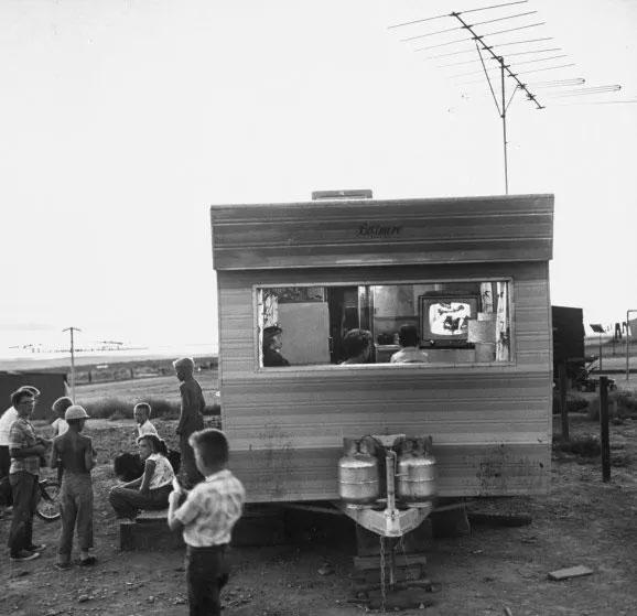 Gia đình một người công nhân làm đường ở bang Utah, Mỹ, đang cùng xem TV trong một cabin nhỏ.