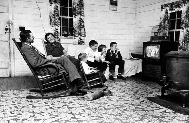 Một gia đình tập trung xem chương trình giải trí lúc cuối ngày.