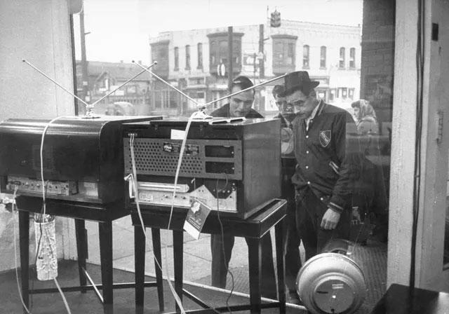 Những người đàn ông tập trung trước một cửa tiệm ở bang Pennsylvania để xem chương trình truyền hình