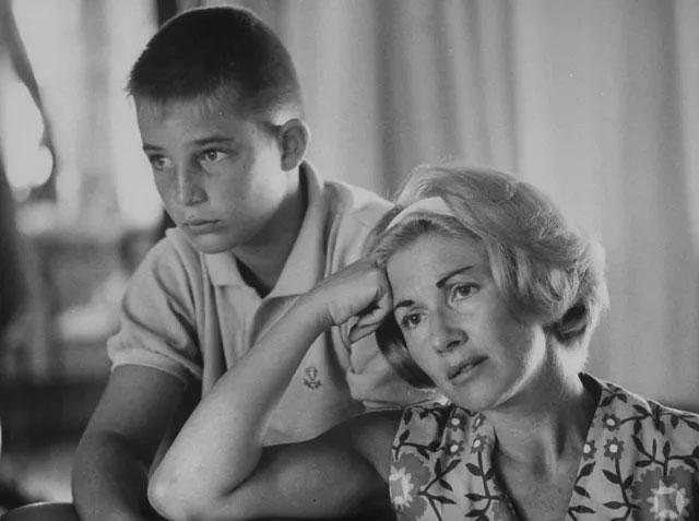 Vợ của phi hành gia Scott Carpenter và con trai của anh - cậu bé Mac