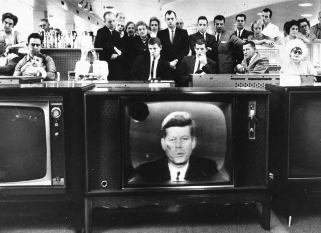 Đám đông theo dõi bài phát biểu của Tổng thống Mỹ John F. Kennedy qua truyền hình
