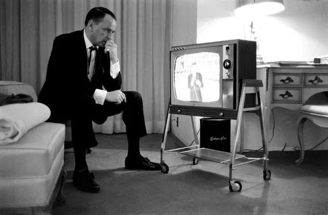 Nam ca sĩ Frank Sinatra theo dõi con trai của ông - Frank Jr. - khi đó 21 tuổi làm MC cho một chương trình truyền hình