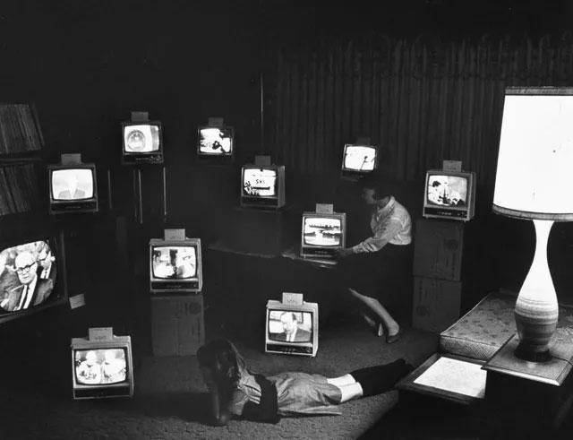 """Những chiếc TV dùng """"ăng-ten râu"""" đặt trong một phòng trưng bày thiết bị điện tử."""
