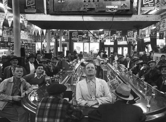 Những người đàn ông tập trung tại một quán bar ở Chicago để cùng xem một trận đấu bóng chày
