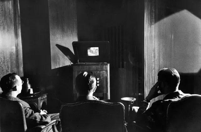 Những nhân vật cấp cao trong Tập đoàn Phát thanh Mỹ (RCA) đang ngồi trước một cỗ máy mới mẻ